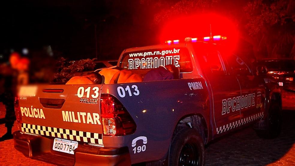 Sete pessoas foram presas após roubo a carro e troca de tiros com a PM em Natal  — Foto: Reprodução/Inter TV Cabugi