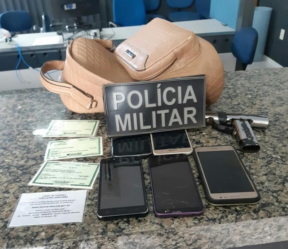 Celulares e objetos apreendidos pela PM com adolescentes — Foto: PM/Divulgação