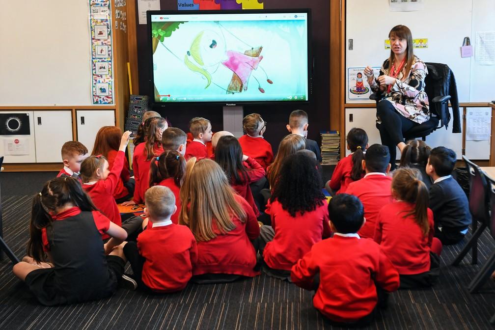 Crianças têm aula em escola primária em Glasgow, na Escócia, no dia no dia 22 de fevereiro. — Foto: Andy Buchanan/AFP
