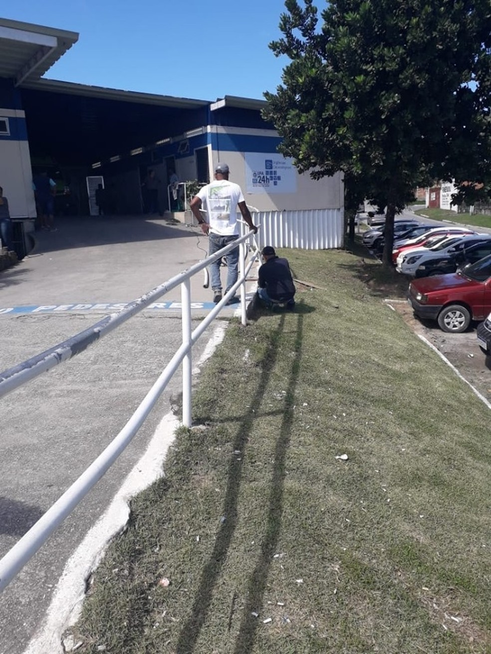 Equipe foi chamada para fazer o conserto da estrutura atingida por ambulância — Foto: Divulgação/Diário de Araruama