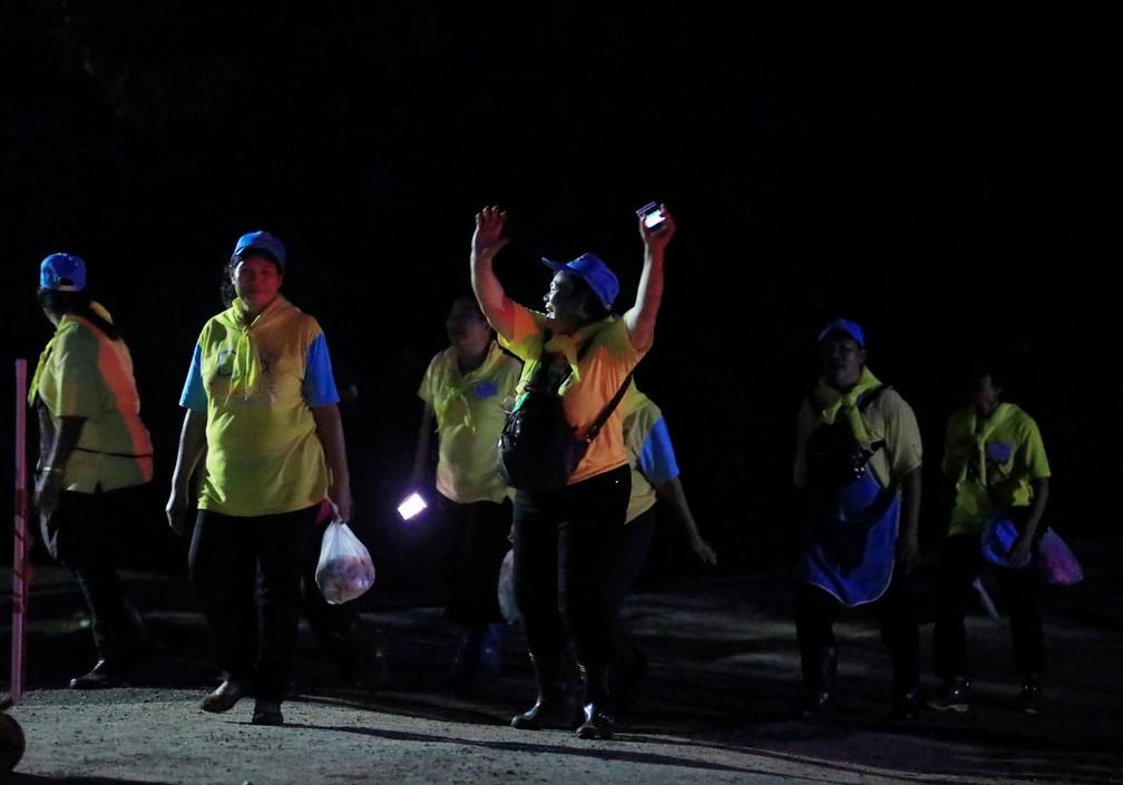Voluntários comemoram retirada de meninos e do técnico na caverna Tham Luang, no norte da Tailândia, nesta terça-feira (10)  (Foto: Reuters)