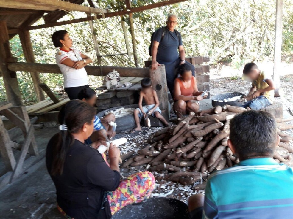 Crianças descascam mandioca com facões em casa de farinha (Foto: Secretaria de Assistência Social/ Divulgação)