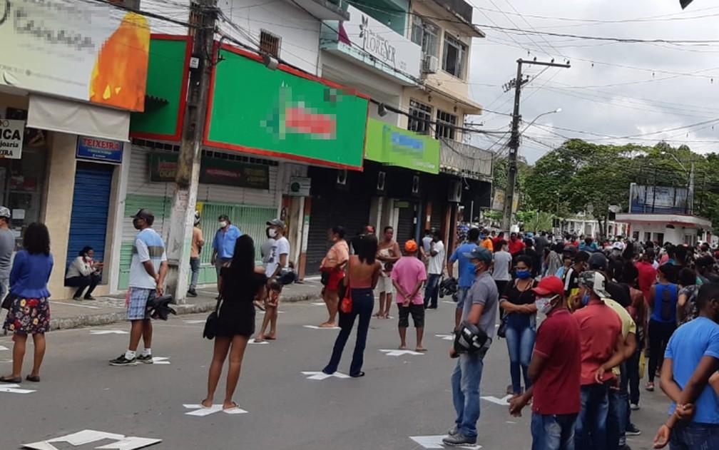 Moradores de Ipiaú na fila para saque do Auxílio Emergencial, após início do atendimento neste segunda-feira — Foto: Site Giro Ipiaú