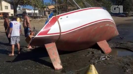 Ressaca arrasta veleiro para areia em praia em Ubatuba; veja vídeo