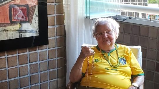 6559756ccc Dona Palmirinha alia fé com alegria para torcer pelo Brasil em todas as  Copas do Mundo. Contra o México