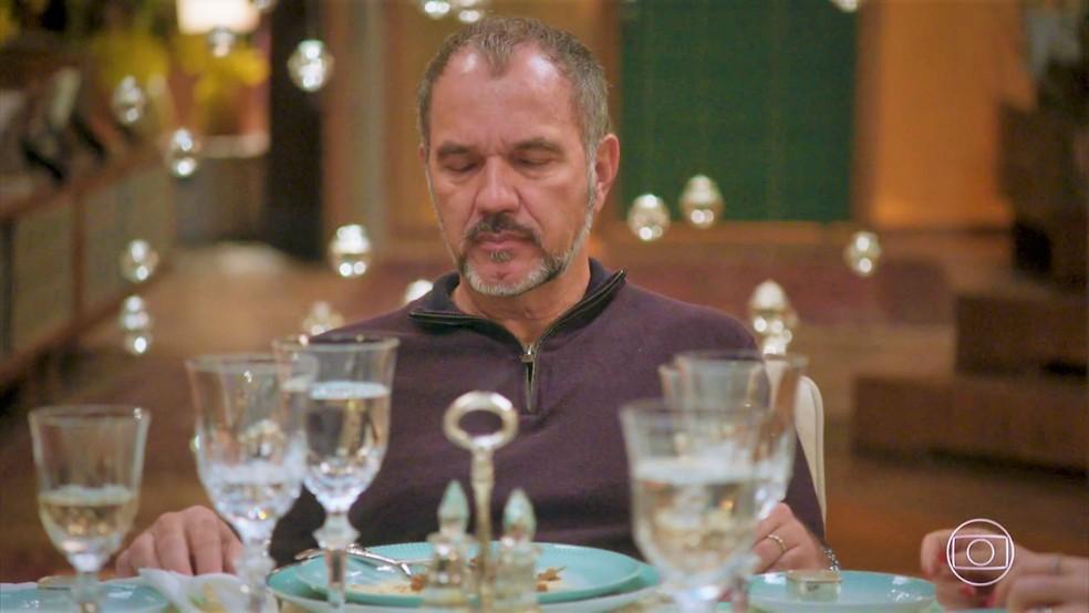 Germano (Humberto Martins) adormece com jantar de Sofia (Priscila Steinman) — Foto: TV Globo
