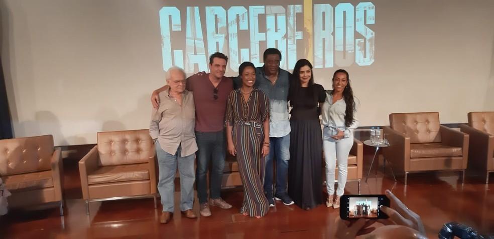 Elenco se reúne para lançamento da segunda temporada de 'Carcereiros' — Foto: Marília Neves/G1