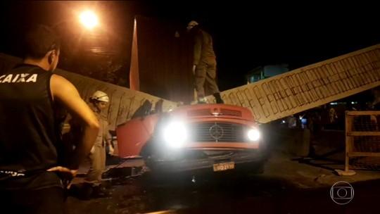 Equipes retiram escombros de viaduto que desabou e matou duas pessoas, no RJ