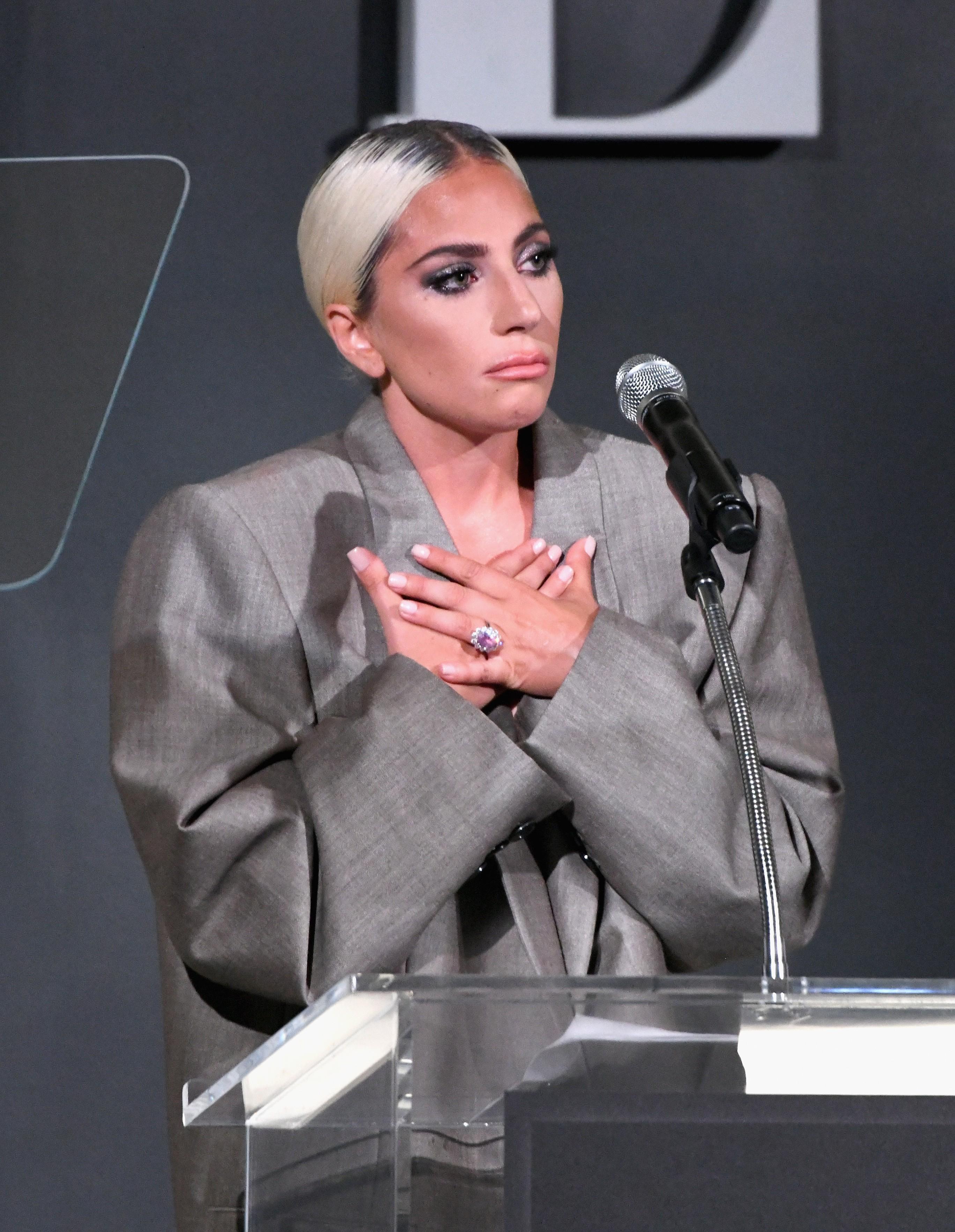 A cantora Lady Gaga com sua aliança avaliada em cerca de 1,5 milhão de reais (Foto: Getty Images)