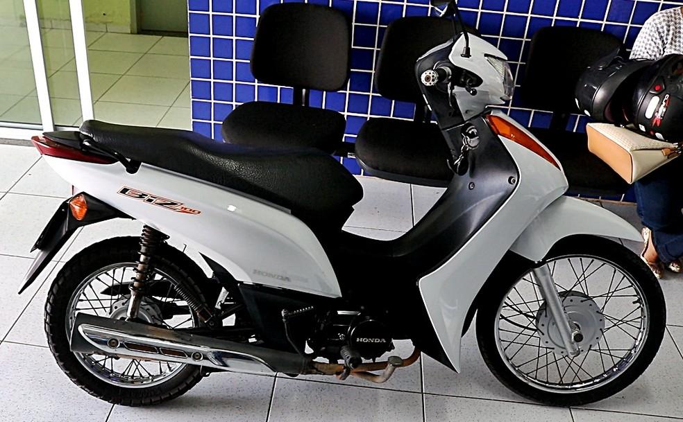 Moto roubada foi apreendida com suspeita de vender carros clonados — Foto: Kairo Amaral