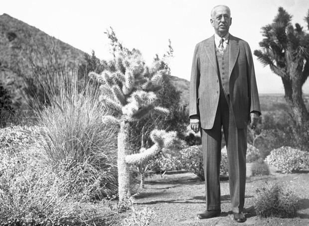 King Camp Gillette no jardim de sua mansão em Palm Springs (Foto: The Guardian/ Reprodução)
