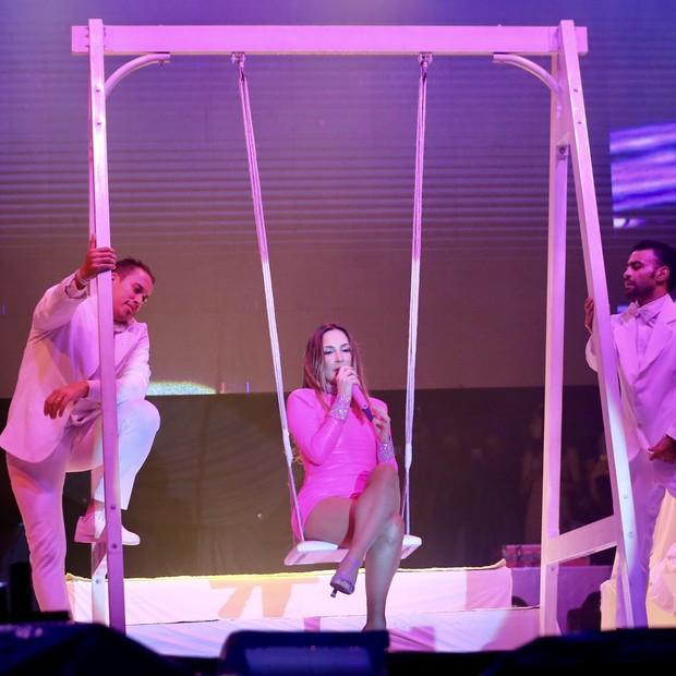 Claudia Leitte usa look todo rosa em show (Foto: Brazil News / Manuela Scarpa)