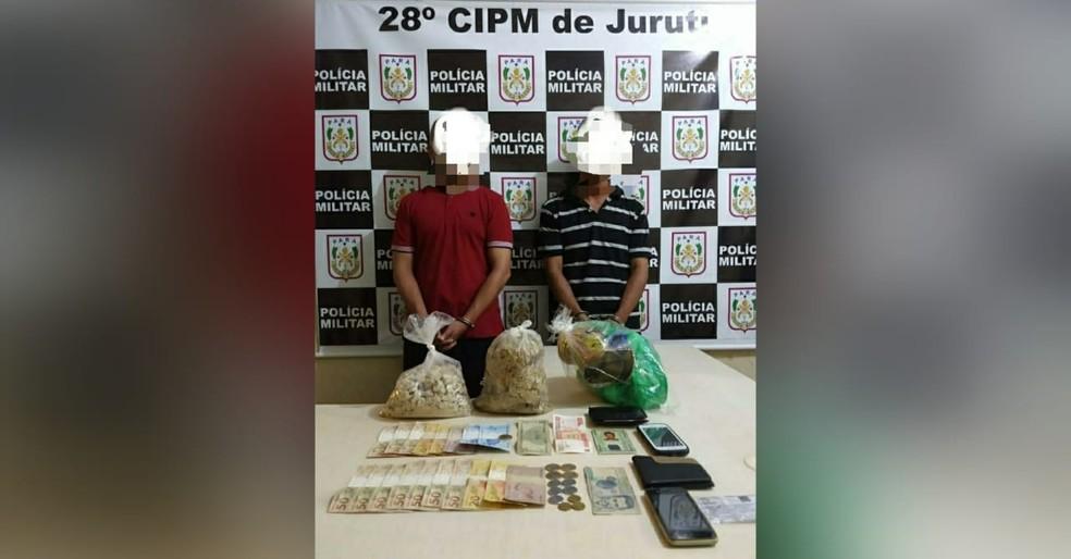 Colombianos John Kevin e William Velasquez foram presos com quase 3 kg de pedra de oxi — Foto: Polícia Militar/Divulgação