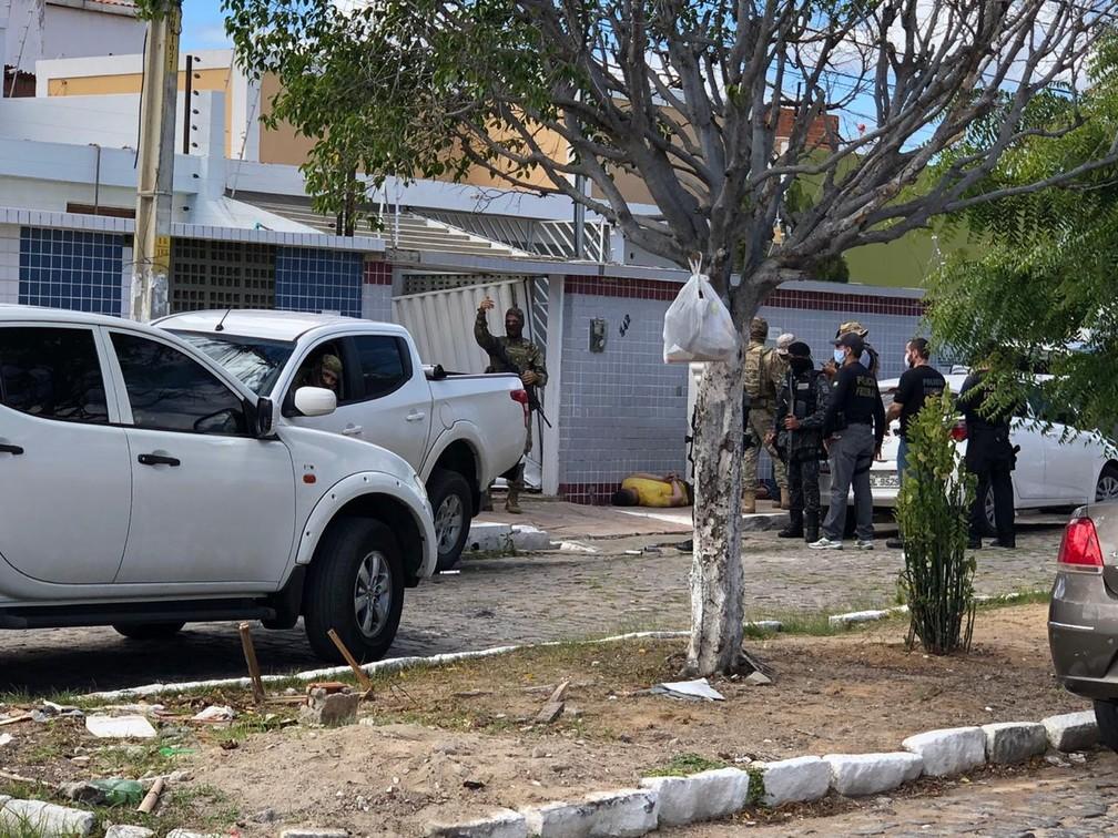 Polícia na casa do Gercino Coelho em Petrolina — Foto: Paulo Ricardo Sobral/TV Grande Rio