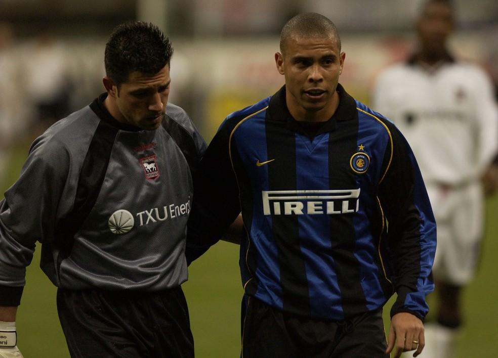 Ronaldo com a camisa da Inter no início de dezembro de 2001, pouco antes da primeira lesão na coxa esquerda (Foto: AFP)