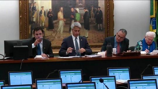 Deputados chegam 3h antes de sessão para debater denúncia contra Temer