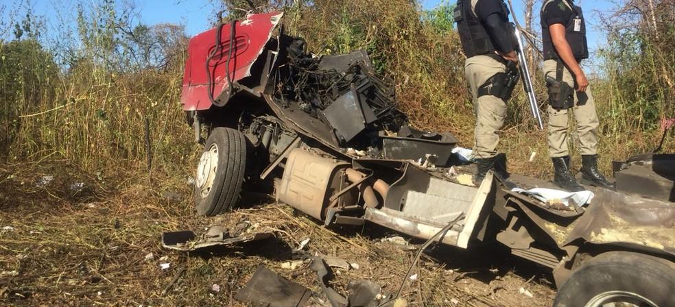 Restos do carro-forte após ser explodido pelo grupo (Foto: Mateus Ferreira/TV Verdes Mares)