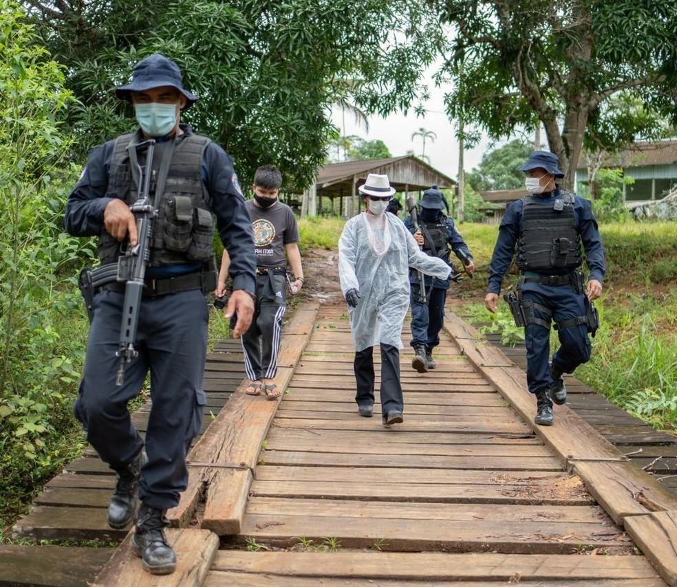 Agentes de saúde recebem escolta policial para levar vacinas contra a Covid-19 para indígenas em aldeia de RO — Foto: ONG Kanindé/Reprodução