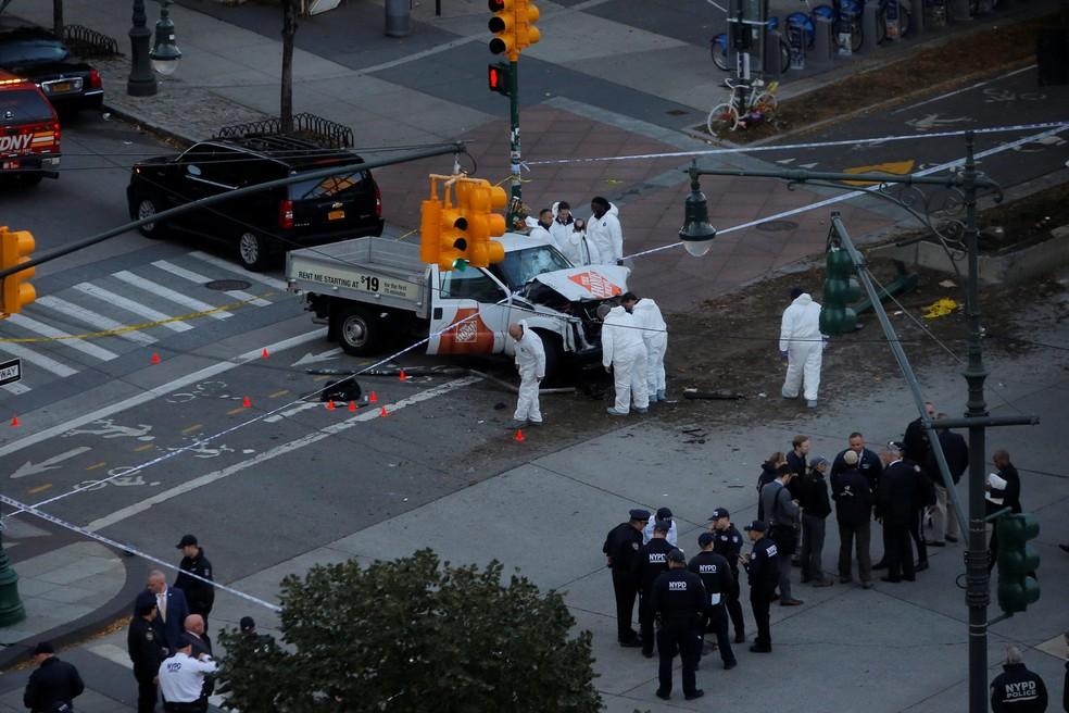 Policiais trabalham em local em que houve um tiroteio nesta terça-feira (31) em Nova York (Foto: Andrew Kelly/Reuters)