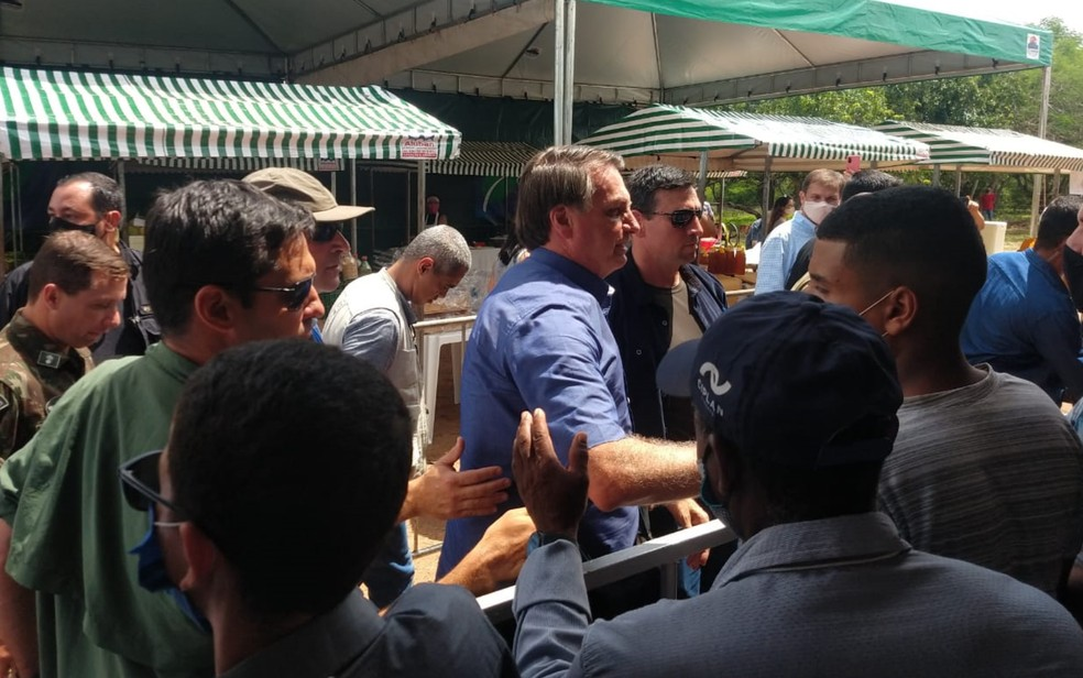 Bolsonaro causa aglomeração durante a chegada a Goiás para entrega de títulos de propriedades rurais — Foto: Giovana Dourado/TV Anhanguera