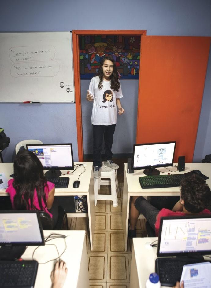 Matheus Moraes, o Teteus Bionic, ensina programação a crianças de Mauá (SP)  (Foto: Julia Rodrigues e Tomás Arthuzzi)