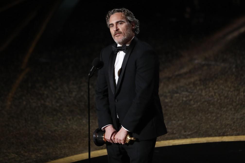 Joaquin Phoenix recebe o Oscar de melhor ator por 'Coringa' — Foto: Mario Anzuoni/Reuters
