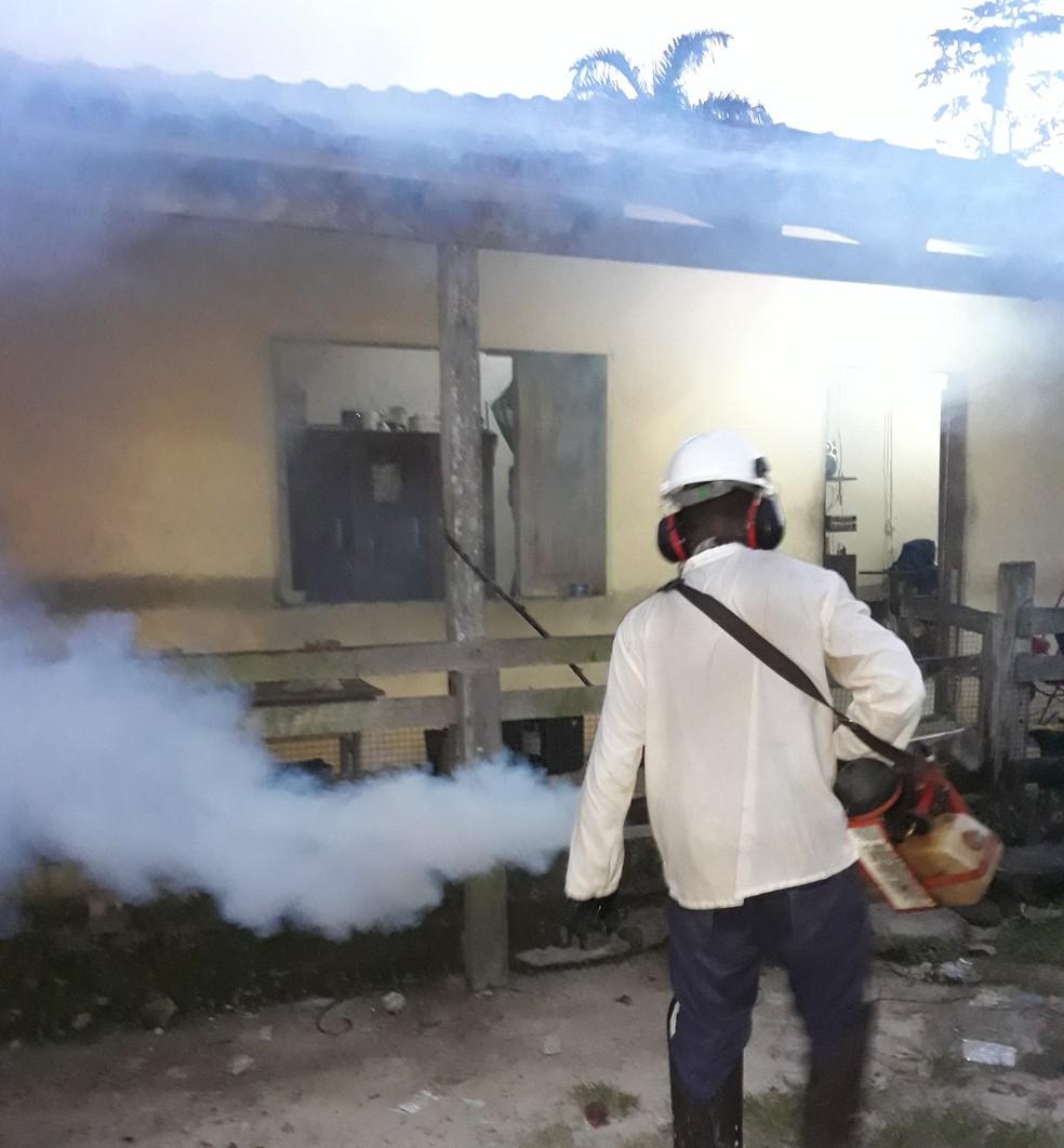 Fumacê é aplicado na área externa das residências em combate ao mosquito transmissor da Malária — Foto: Ascom MRN/Divulgação
