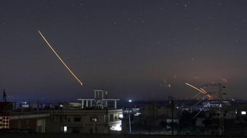 Mísseis sendo avistados no céu de cidade síria de Deraa na madrugada desta quinta-feira (Foto: Reuters)