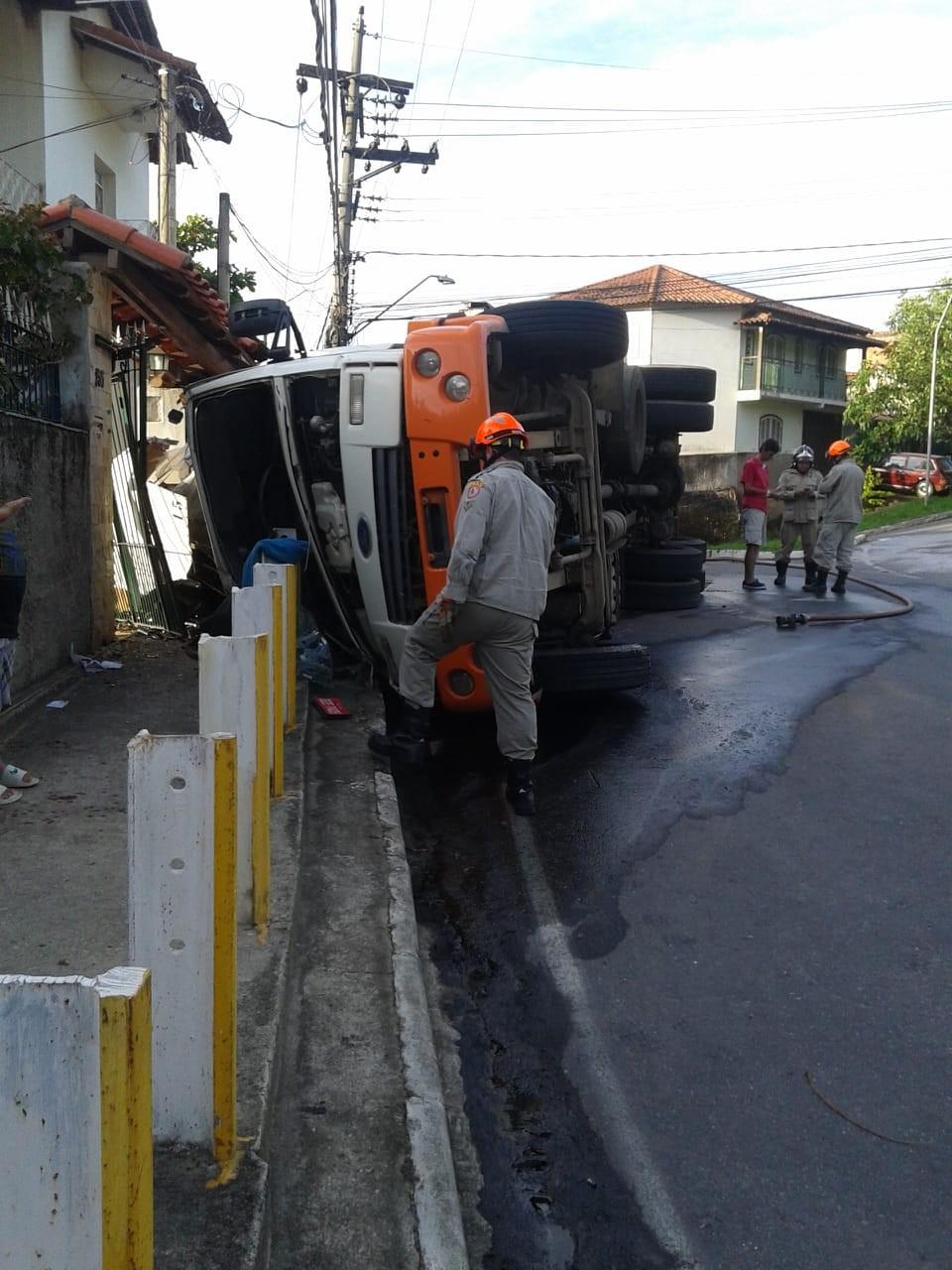 Caminhão tomba em frente a portão e bloqueia entrada de casa em Vassouras - Radio Evangelho Gospel