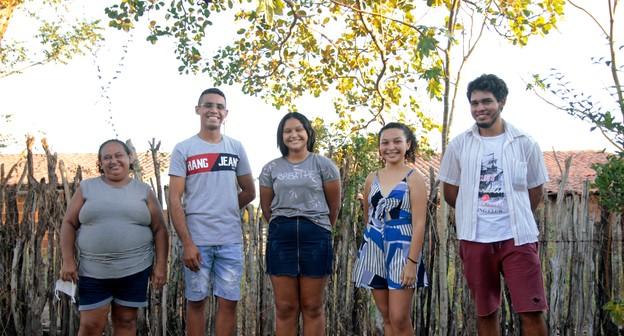 Jovens mantêm sistema de reaproveitamento de água para melhorar alimentação no Ceará