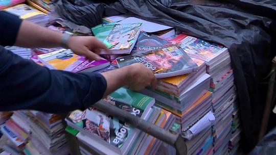 Livros didáticos novos estão sendo vendidos como lixo no Brasil