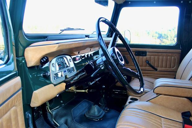 O interior tem detalhes em preto e couro curtido, além de um adicional de porta copos entre o motorista e o passageiro (Foto: Divulgação)
