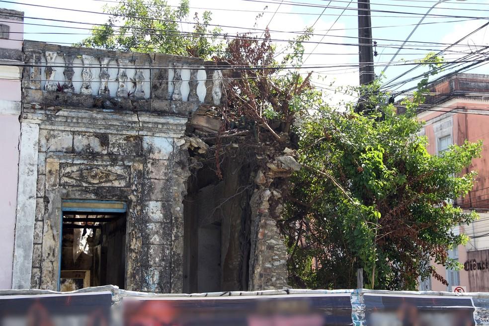 Defesa Civil de João Pessoa isolou prédio com risco de desabamento na avenida Visconde de Pelotas (Foto: André Resende/G1)