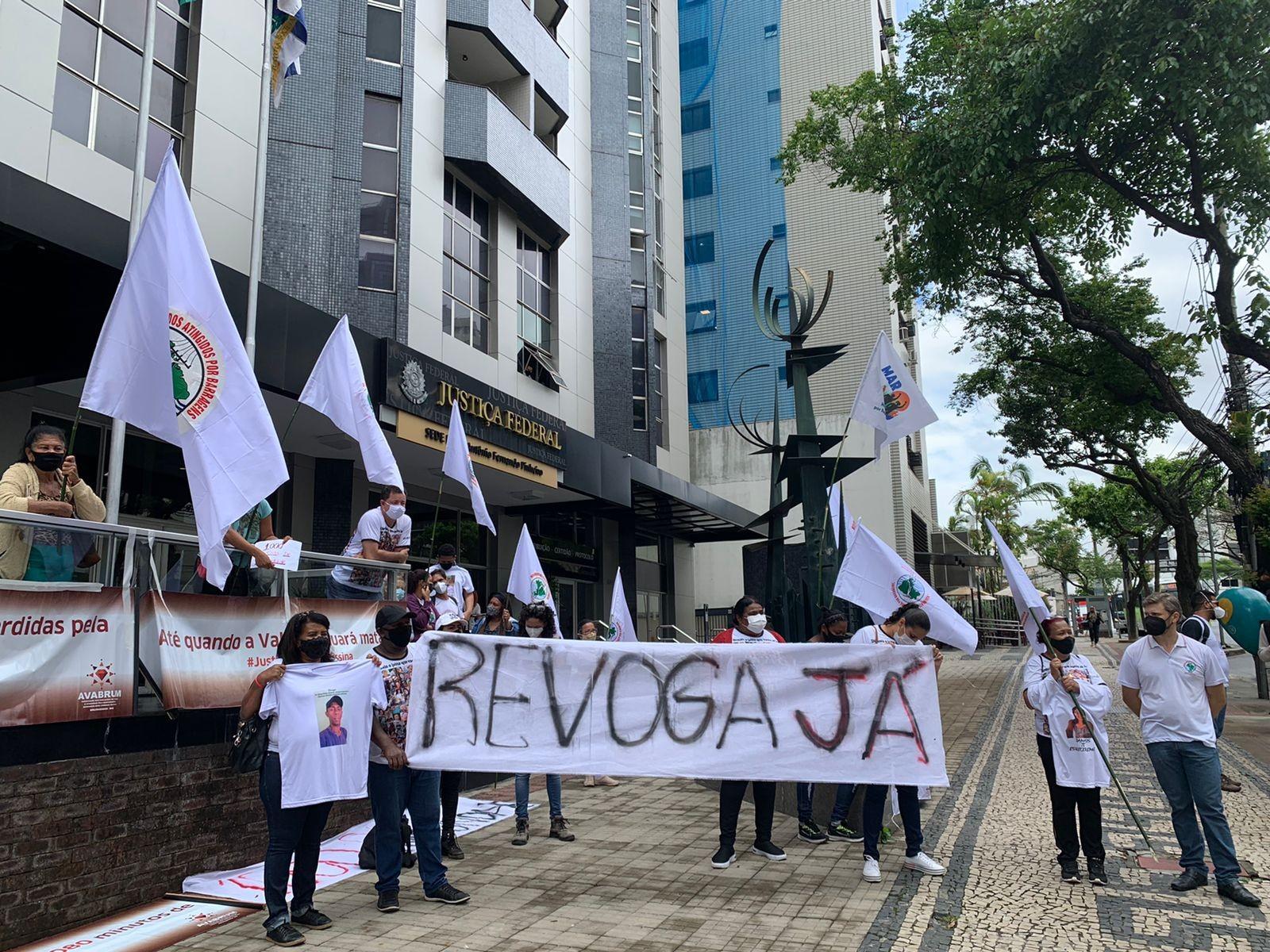 Parentes de vítimas e atingidos pela tragédia da Vale fazem protesto contra decisão do STJ que anulou denúncia por 270 mortes