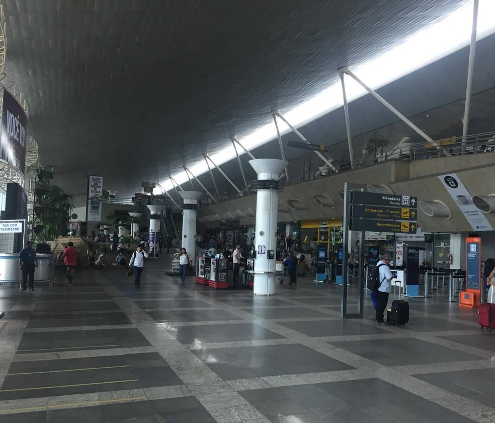 Passageiros que embarcam em voos no aeroporto internacional de Belém reclamaram de calor provocado pela falta de energia elétrica nesta sexta (2). — Foto: Gabriela Azevedo/G1