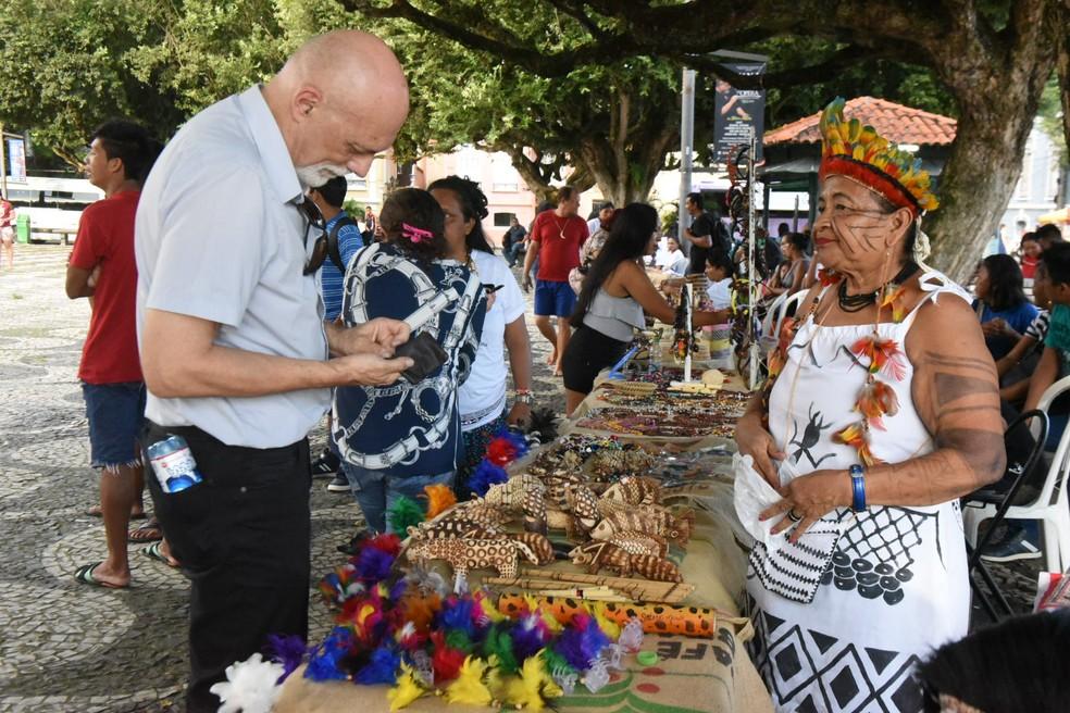 Artesanato indígena é vendido em evento no Largo São Sebastião (Foto: Roberto Carlos/Secom)