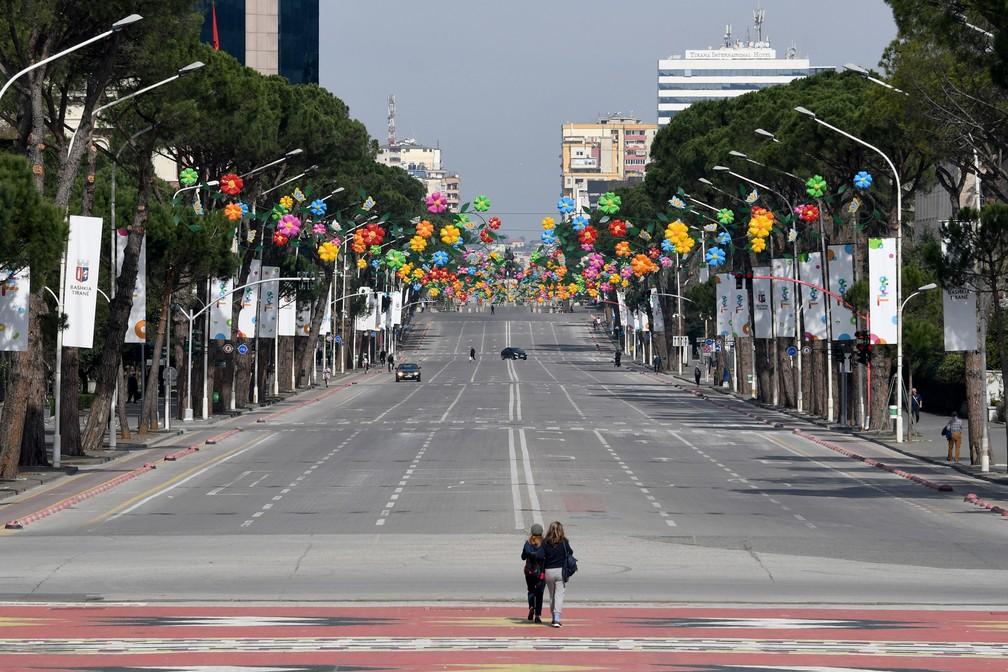 14 de março - A avenida principal de Tirana, na Albânia, é vista vazia em meio à epidemia do novo coronavírus (COVID-19). O país intensificou medidas para conter a propagação da doença e proibiu a circulação de todos os carros (exceto ambulâncias e suprimentos) por três dias e pediu que as pessoas fiquem em casa  — Foto: Gent Shkullaku/AFP