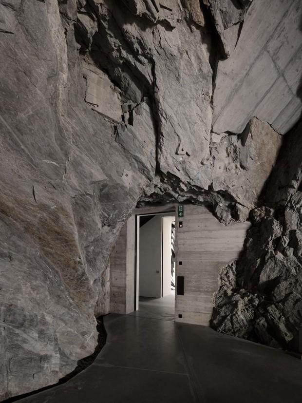 Novo museu na Suíça ocupa mosteiro abandonado em meio às rochas (Foto: Studio Stefano Graziani, Muzeum Susch, Art Stations Foundation CH/ Divulgação)
