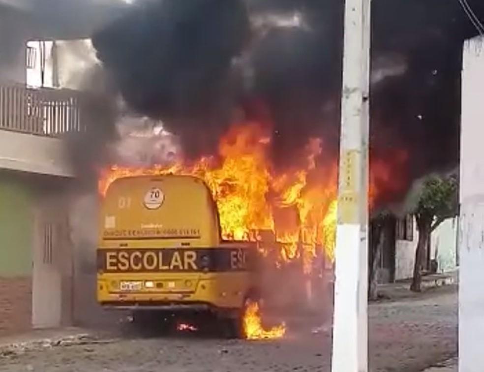 O ônibus foi incendiado na sexta-feira (12), em Assaré, na região do Cariri — Foto: Arquivo pessoal