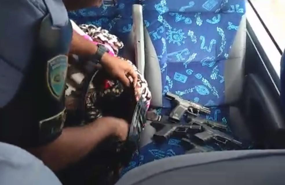 Policiais rodoviários encontraram armas com passageira de ônibus (Foto: Divulgação/Polícia Rodoviária)