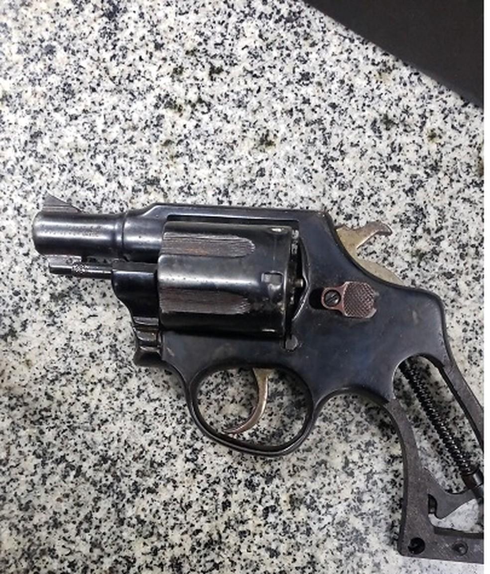 Uma arma foi apreendida pela PM junto com os suspeitos. — Foto: Divulgação / Polícia Militar