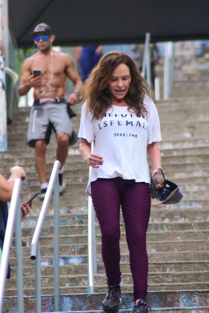Luiza Tomé cuida do físico na escadaria do Sumaré, em São Paulo (Foto: Leo Franco/AgNews)