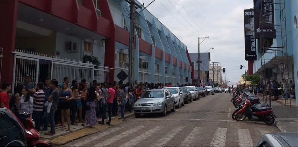 Estudantes aguardam entrada no Colégio Santa Cruz, em Araguaína (Foto: Lorena Aguiar/TV Anhanguera)
