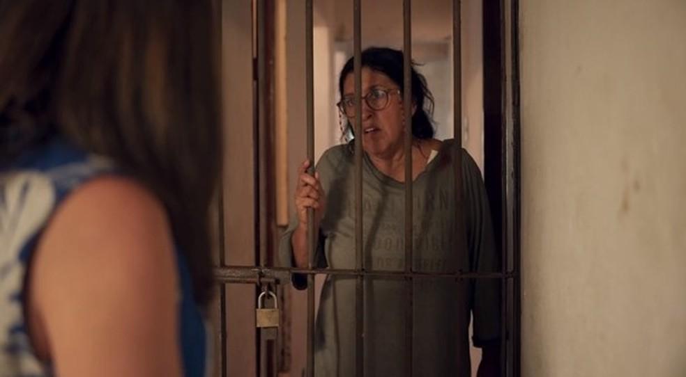 Lurdes conta para Thelma tudo o que ouviu sobre Álvaro — Foto: Globo