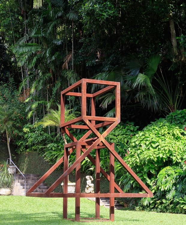 Ainda no jardim, a obra Mulher Nova #3, de Raul Mourão, faz parte do acervo permanente. (Foto: Jaime Acioli/Divulgação)