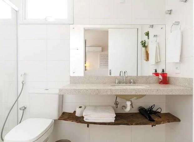 No banheiro, o branco toma conta, enquanto uma prateleira de madeira traz o rústico da cultura do vinho (Foto: Airbnb/ Reprodução)