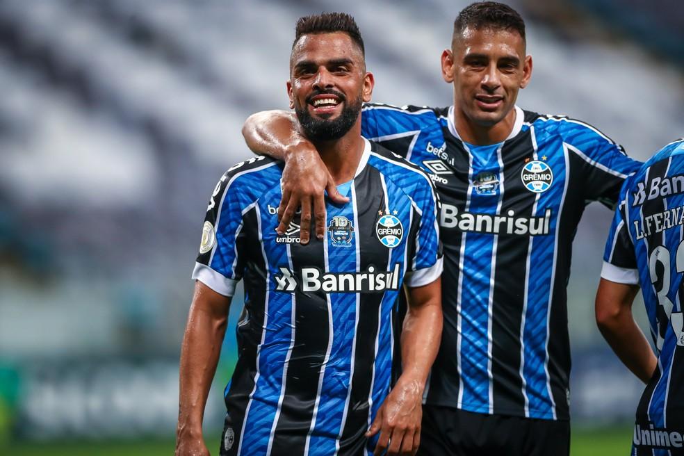 Maicon e Diego Souza comemoram segundo gol do Grêmio contra o Goiás — Foto: Lucas Uebel/DVG/Grêmio