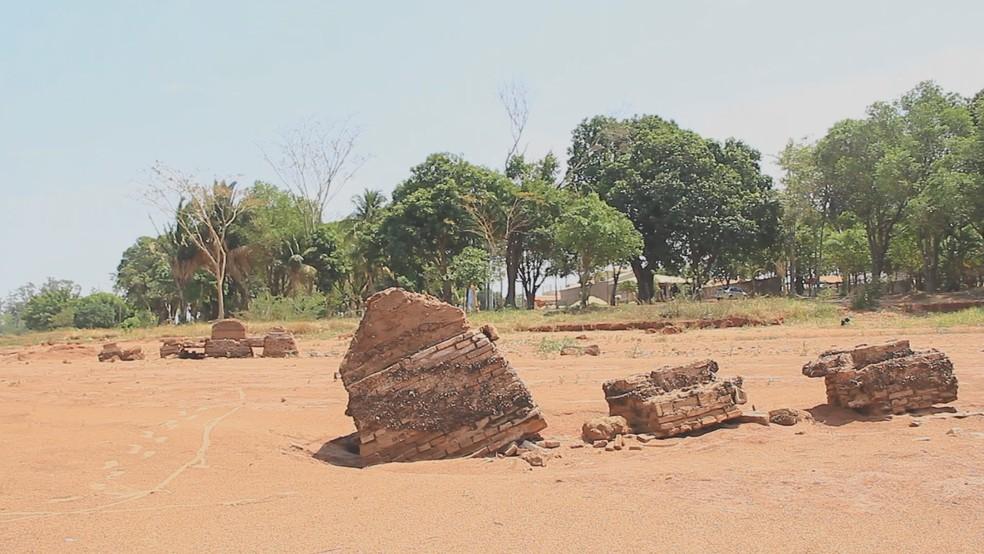 Estiagem trouxe à tona restos de construção de Rubineia — Foto: Reprodução/Tv Tem
