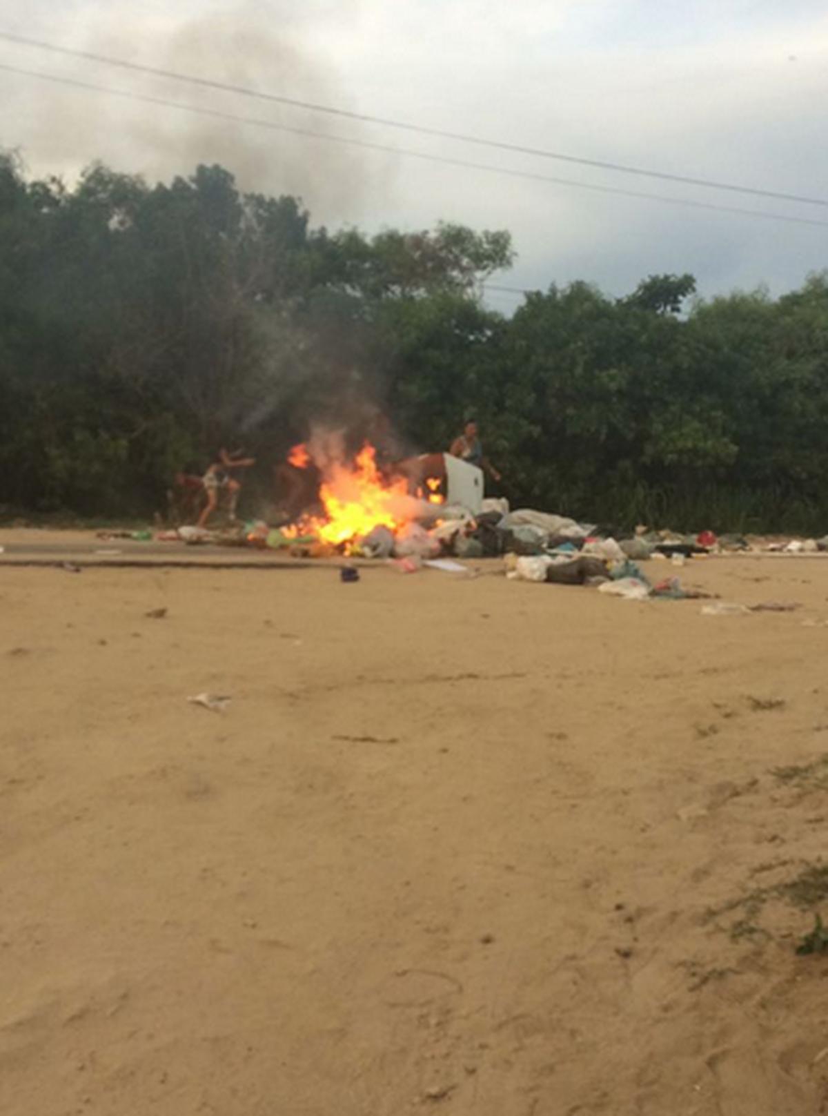 Moradores cobram coleta de lixo em protesto na RJ-102, em Arraial do Cabo, no RJ