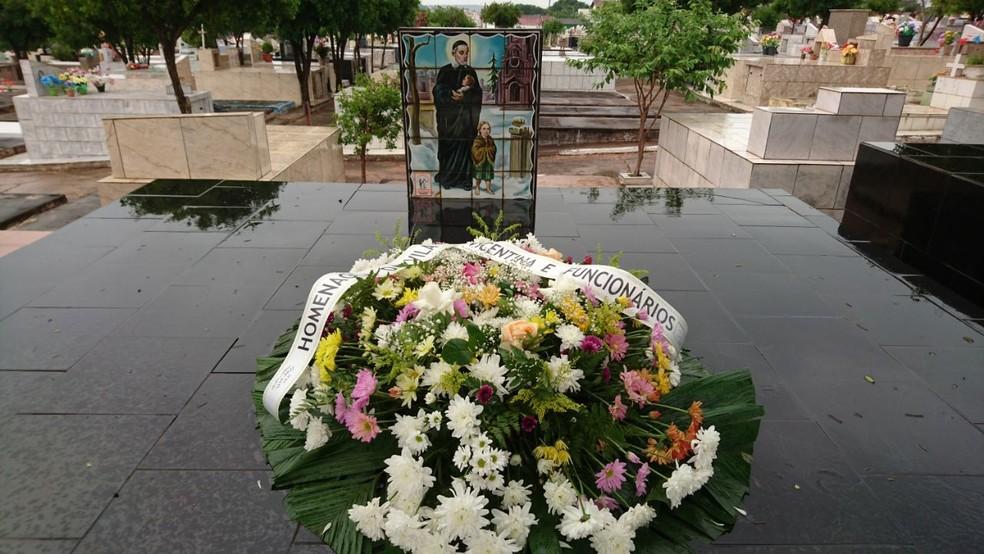 Corpo de Zé Aguinaldo foi enterrado no cemitário em Bauru  (Foto: Alan Schneider / TV TEM )